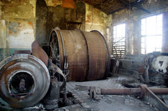 Máquina destruída grande com o motor danificado na ruína da fábrica Fotos de Stock