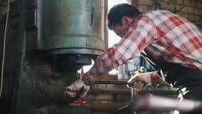 Máquina do aço de forjamento dentro da planta industrial  vídeos de arquivo