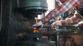 Máquina do aço de forjamento dentro da planta industrial  Movimento lento vídeos de arquivo