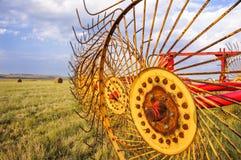 Máquina do ancinho de feno da agricultura para pacotes Imagens de Stock Royalty Free