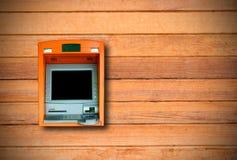 Máquina do ATM com a exposição vazia construída na parede de madeira Foto de Stock