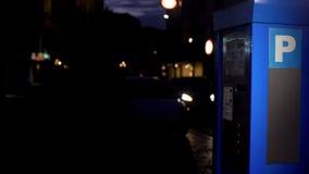 Máquina do bilhete de estacionamento do carro na rua da cidade, dispositivo para o carregamento do veículo elétrico foto de stock