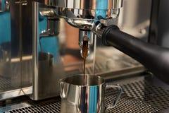 Máquina do café Preparação da bebida de tonificação Foto de Stock Royalty Free