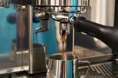 Máquina do café Preparação da bebida de tonificação Imagem de Stock Royalty Free