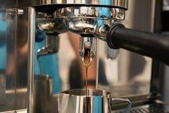 Máquina do café Preparação da bebida de tonificação Fotografia de Stock