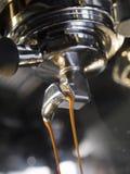Máquina do café que fabrica cerveja um café do café Fotografia de Stock Royalty Free