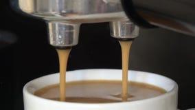 Máquina do café que faz um copo do café com espuma e gotas video estoque