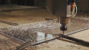 A máquina do CNC está cinzelando o detalhe plástico do boleto na fábrica, automaticamente vídeos de arquivo