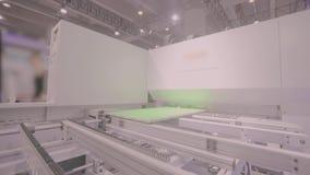 Máquina do CNC do trabalho em uma exposição internacional principal M?quina do CNC filme