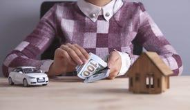 Máquina do dinheiro da casa da mulher de negócio imagens de stock