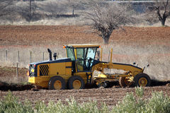 Máquina do edifício de estrada que começa no campo Fotografia de Stock Royalty Free