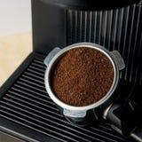 Máquina do fabricante de café com café à terra Fotos de Stock