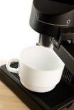 Máquina do fabricante de café com o copo de café branco Fotos de Stock
