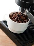 Máquina do fabricante de café com o copo de café branco Imagens de Stock