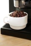 Máquina do fabricante de café com o copo de café branco Fotografia de Stock Royalty Free