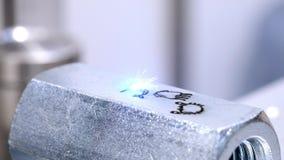 A máquina do laser faz a gravura a máquina de gravura do laser faz uma inscrição em uma peça de metal video estoque