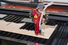 Máquina do laser para cortar e gravar a madeira compensada imagem de stock