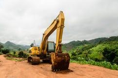 A máquina do loder da máquina escavadora funciona fora Foto de Stock Royalty Free