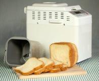 Máquina do pão que faz o pão fresco em casa. Imagens de Stock