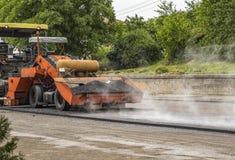 A máquina do paver do asfalto faz uma estrada nova fotografia de stock royalty free