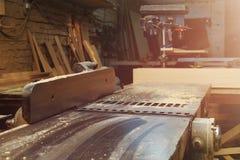 Máquina do plano de Woodworking na oficina da carpintaria Máquina-instrumento na fábrica foto de stock royalty free