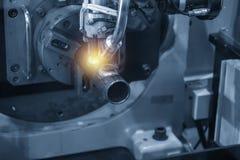 A máquina do robô de soldadura para soldar a peça automotivo foto de stock
