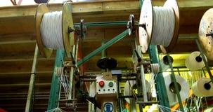 Máquina do rolo da linha na corda que faz a indústria 4k vídeos de arquivo