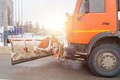 Máquina do Snowblower ou carro da remoção de neve com equipamento para estradas de cidade de limpeza da neve foto de stock royalty free