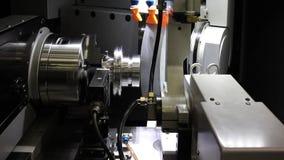 Máquina do torno do CNC ou máquina de giro que lança a haste de aço da forma de cone Olá! processo de manufatura da tecnologia vídeos de arquivo