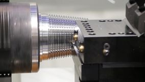 Máquina do torno do CNC ou máquina de giro que lança a haste de aço da forma de cone Olá! processo de manufatura da tecnologia filme