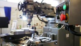 Máquina do torno na fábrica - indústria da maquinaria video estoque