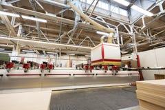 Máquina en el taller de la fábrica de carpintería Foto de archivo