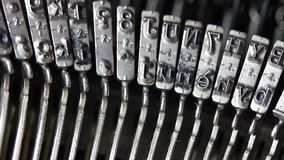 Máquina en la acción durante la elaboración de una letra Imagenes de archivo