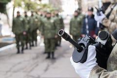 Máquina en las manos de un soldado Fotos de archivo libres de regalías