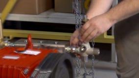 Máquina en una opinión del taller del metal almacen de metraje de vídeo