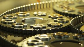 A máquina engrena o fundo Feche acima das rodas denteadas e das engrenagens Produção das peças da máquina filme