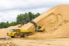 Máquina escavadora amarela da construção no trabalho Foto de Stock Royalty Free