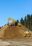 Máquina escavadora amarela da construção no trabalho Imagens de Stock