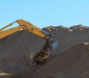 Máquina escavadora amarela da construção no trabalho Imagem de Stock Royalty Free