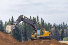 Máquina escavadora amarela da construção no trabalho Fotografia de Stock Royalty Free
