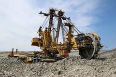 Máquina escavadora amarela do overburden na mina de carvão marrom foto de stock royalty free