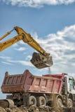 Máquina escavadora amarela e caminhão vazio fotos de stock royalty free