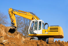 Máquina escavadora amarela no canteiro de obras Foto de Stock