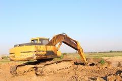 Máquina escavadora amarela que escava imagem de stock royalty free