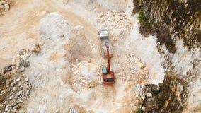 A máquina escavadora carrega o caminhão na pedreira Filipinas, Siargao video estoque