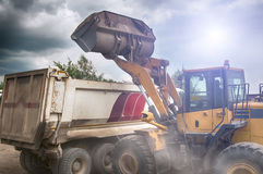 A máquina escavadora carrega o cascalho Fotos de Stock Royalty Free