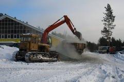 A máquina escavadora carrega a pedra esmagada no caminhão Imagens de Stock Royalty Free
