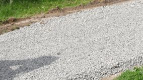 Máquina escavadora Carries Gravel In a cubeta vídeos de arquivo