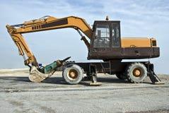 Máquina escavadora com acessório do martelo Fotos de Stock Royalty Free
