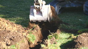 Máquina escavadora com cubeta em um terreno de construção filme